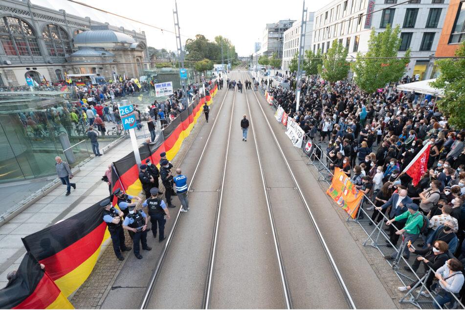 Reichlich Gegendemonstranten (r.) fanden sich am Dresdner Hauptbahnhof ein.