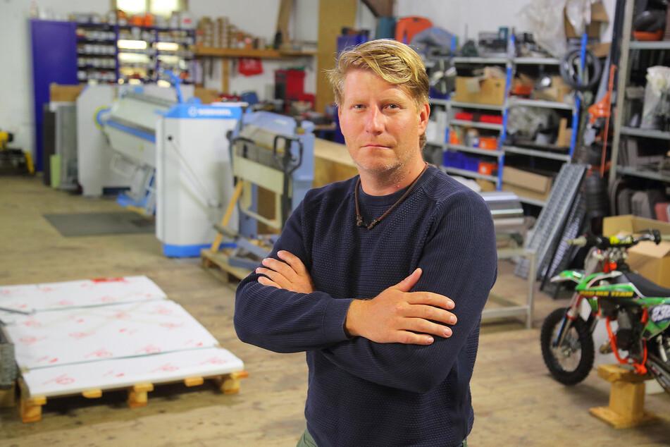 Aus der Dachdeckerei von Sandro Hilmes (39) stahlen die Einbrecher neben Werkzeug für 15.000 Euro auch die Crossmaschinen seines Sohnes.