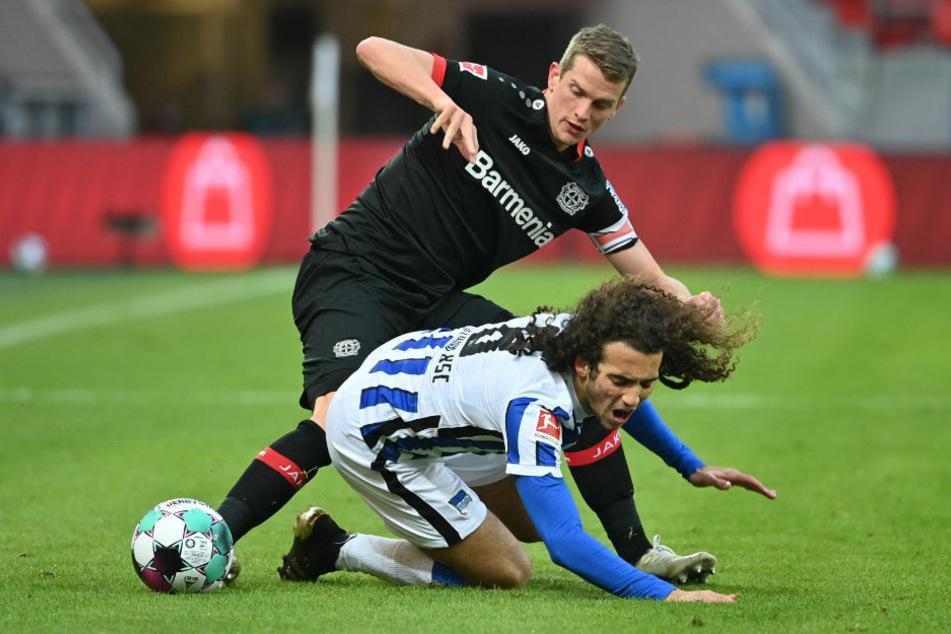 Bayers Lars Bender (l.) und Herthas Matteo Guendouzi im Kampf um den Ball. Der Leverkusener wurde doch noch rechtzeitig für das Spiel fit und wurde von seinem Trainer Peter Bosz in die Startelf befördert.