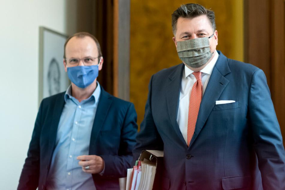 Andreas Geisel (SPD, r), Berliner Innensenator, kommt zu einer Pressekonferenz nach der Sitzung des Berliner Senats im Roten Rathaus zu den Beschlüssen der Berliner Landesregierung.