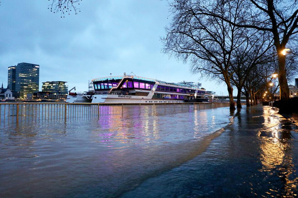 Die Schifffahrt am Rhein in Köln muss wegen des Hochwassers vorerst eingestellt werden. Der Wasserstand des Flusses an der Stadt hat am Donnerstag die Hochwassermarke II erreicht.