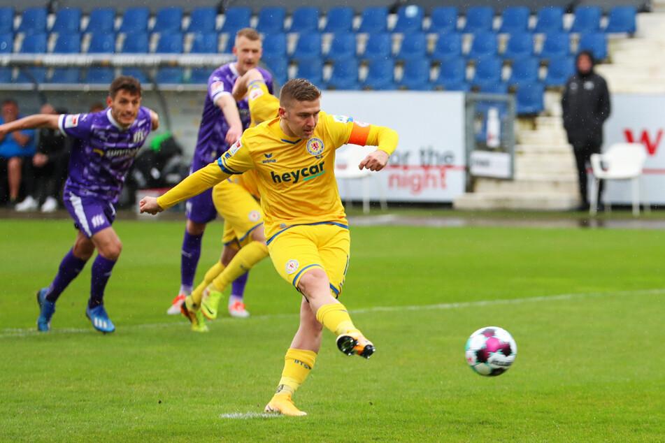 Martin Kobylanski (r.) trifft vom Elfmeterpunkt zum 2:0 für Eintracht Braunschweig.