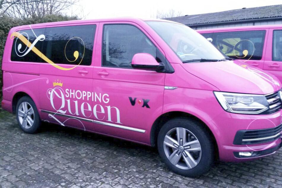 Mit dem Shopping-Queen-Bus stürzen sich die Kandidatinnen in das Kaufhaus-Spezial.