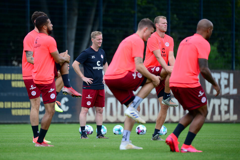 St. Pauli-Coach Timo Schultz (43, 3. v.l.) empfängt mit seinen Kiezkickern am 17. Juli Bundesligist Hertha BSC zum letzten Härtetest. (Archivfoto)