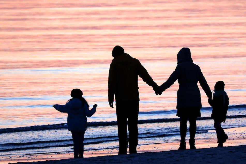 In 76 Prozent der Fälle adoptierten ein Stiefelternteil oder Verwandte die betroffenen Minderjährigen. (Symbolbild)
