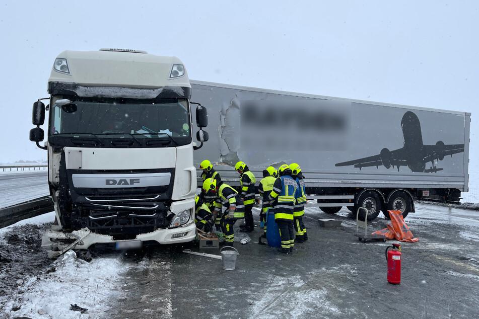Der Lkw stellte sich über mehrere Fahrspuren quer. Die Feuerwehr musste auslaufende Betriebsstoffe binden.