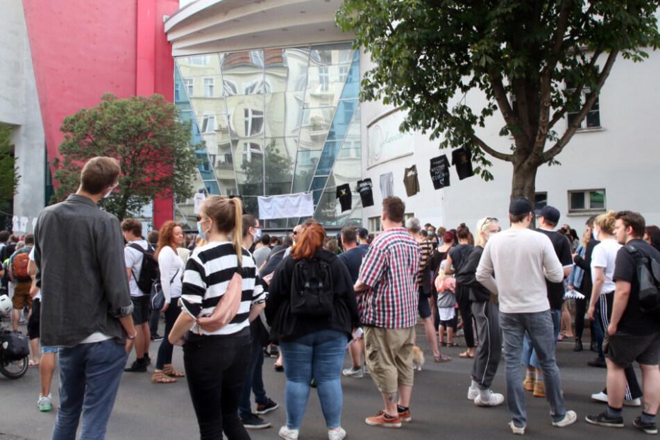 Menschen nehmen an einer Demonstration gegen die Schließung des Kinos Colosseum an der Schönhauser Allee teil.