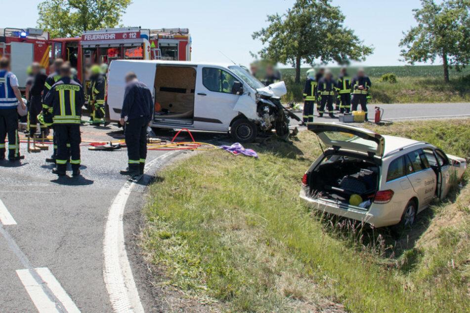 Ford und Taxi krachen ineinander, Fahrer schwer verletzt