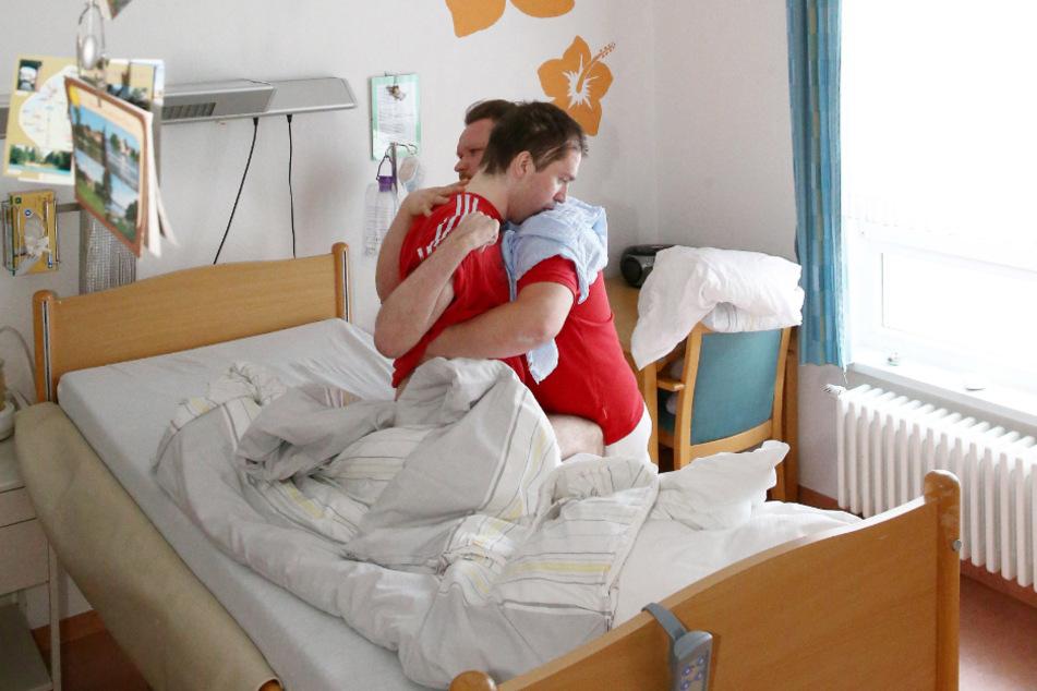 Mark geht sehr einfühlsam mit Patienten wie Erik um. Dabei nimmt er sich die Ruhe, die beide für die Behandlung brauchen.