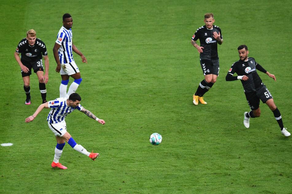 Herthas Nemanja Radonjic (vorne) zieht nach seinem herrlichen 40-Meter-Dribbling ab und erzielt das entscheidende 3:0 für die Berliner.