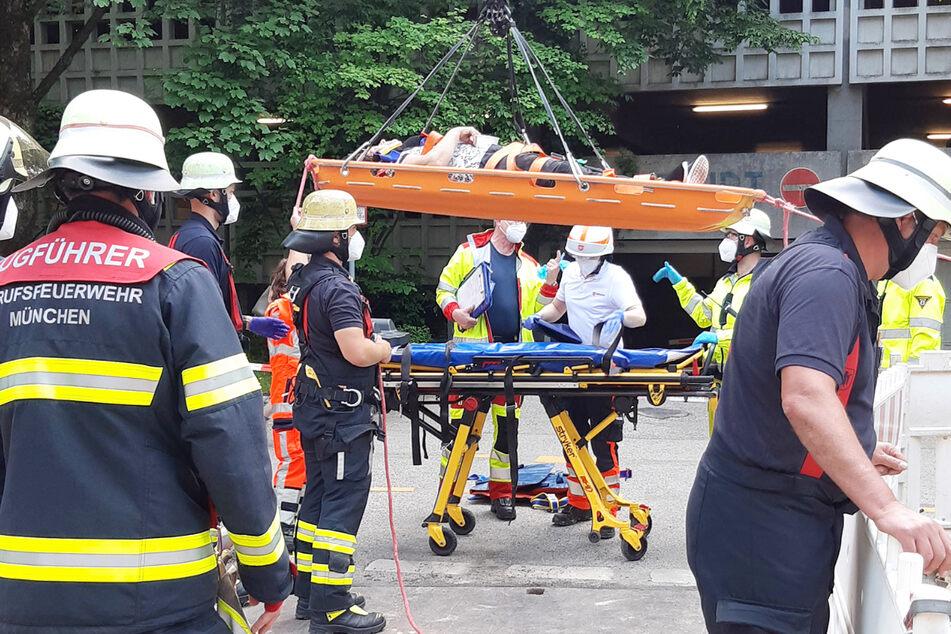 Eine 59 Jahre alte Radfahrerin hat sich bei einem Sturz in eine Baugrube in München schwere Verletzungen zugezogen.