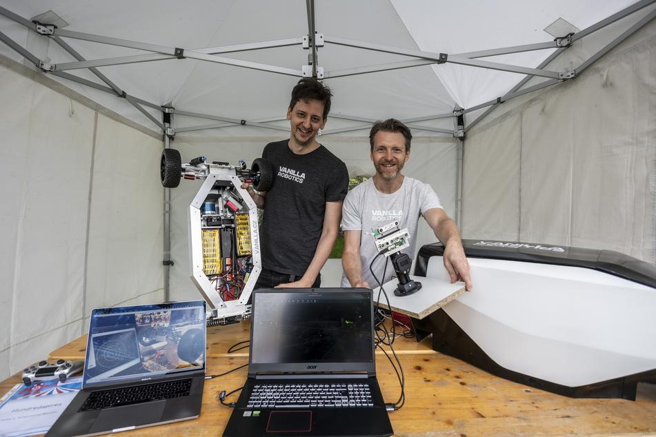 """Tomas Krivda (37) und Jan Sedlacek (39) vom tschechischen Start-up """"Vanilla Robotics"""" zeigen ihre Erfindung - ein 3-D-gedrucktes Fahrzeug, das nicht von einem Menschen gesteuert werden muss."""