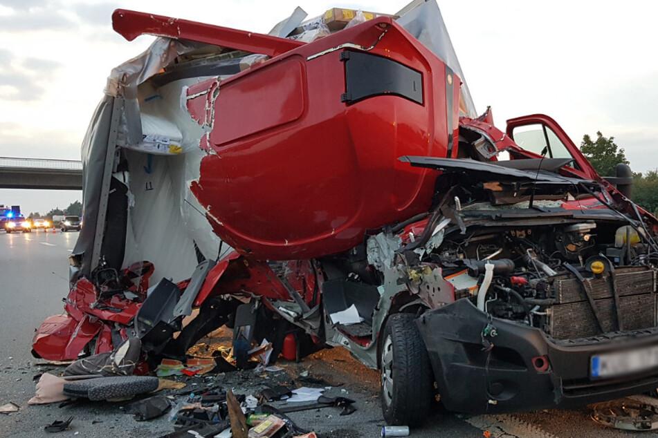 Unfall auf der A4: Transporter kracht auf Lkw und reißt sich die Seite auf!