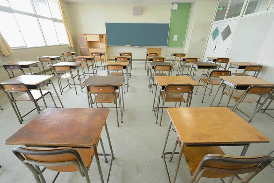 Leere Klassenzimmer – in Sachsen sollen die Schulen weiter geschlossen bleiben. Bis Monatsende sollen allenfalls Abschlussjahrgänge beschult werden.