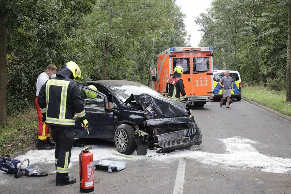 Nach einem Autounfall in Pankow rückten die Polizei und die Feuerwehr aus.
