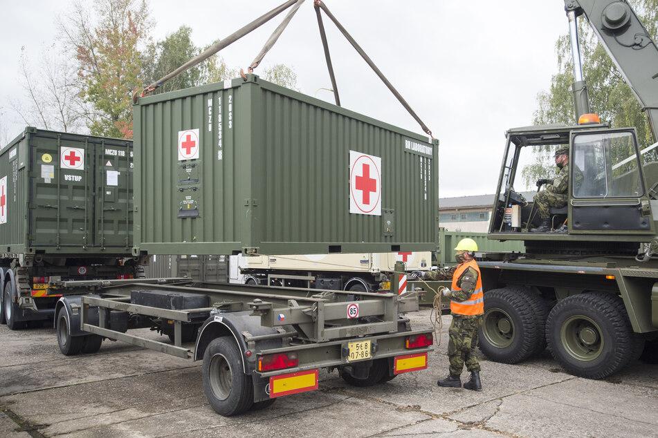 Ein Container mit medizinischem Gerät wird auf den Anhänger eines LKWs geladen. Die tschechische Armee hat mit den Vorbereitungen für den Aufbau eines Feldkrankenhauses auf dem Prager Messegelände begonnen.