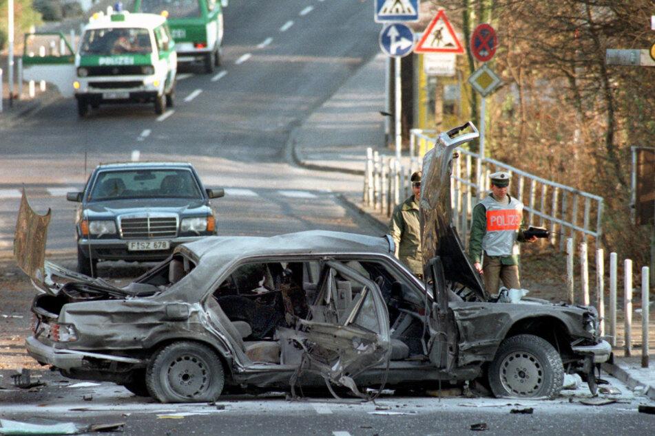 Ende November 1989 verübte die RAF einen tödlichen Autobombenanschlag auf den Deutsche-Bank-Chef Alfred Herrhausen.