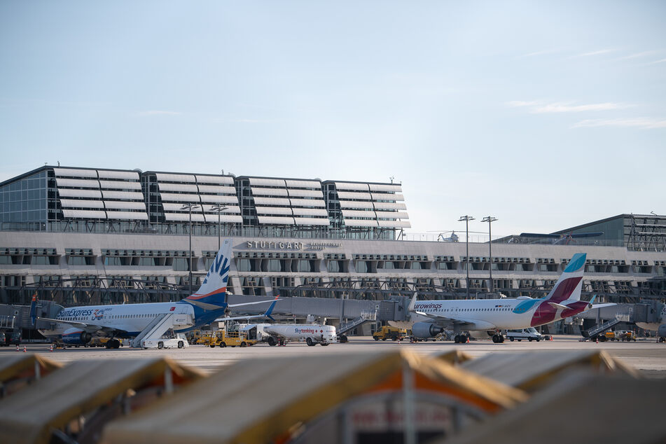"Flugzeuge der Fluggesellschaften ""Sun Express"" und ""Eurowings"" stehen am Flughafen Stuttgart."