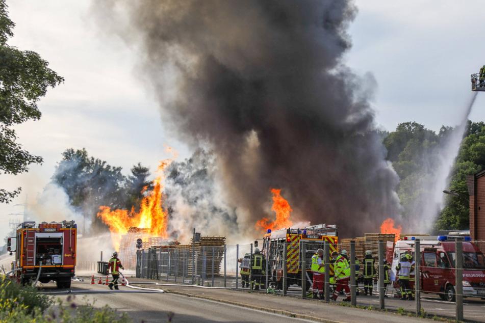 Brand auf Firmengelände: 30 Autos abgefackelt - Riesenschaden!