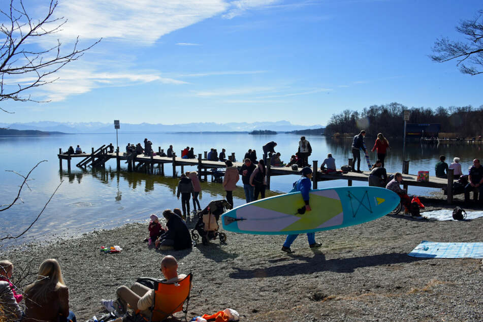 Ausflügler genießen am Starnberger See die frühlingshaften Temperaturen am 21. Februar.