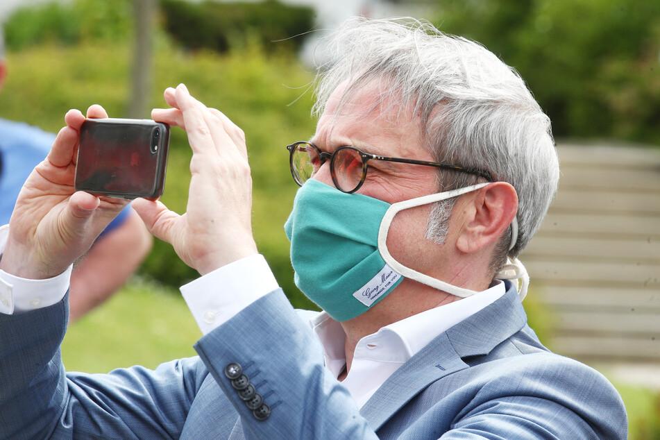 Georg Maier (SPD), Thüringens Innenminister, trägt einen Mund-Nase-Schutz.