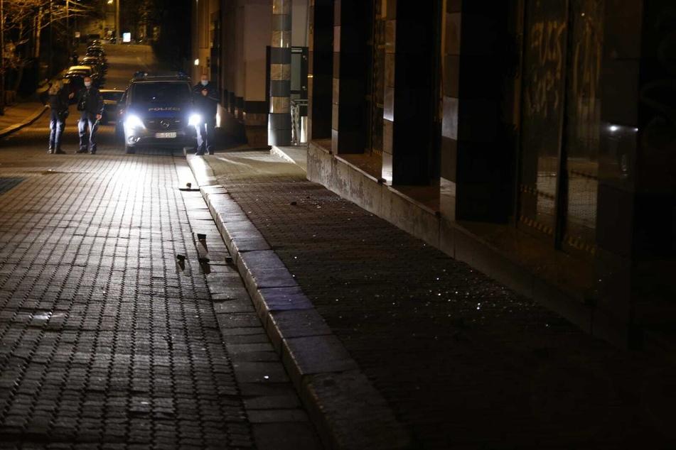 Etwa 30 Unbekannte sollen am Freitagabend einmal mehr den Polizeiposten Wiedebach-Passage in Connewitz angegriffen haben.