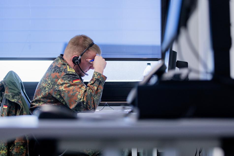 Ein Soldat der Bundeswehr telefoniert bei der Kontaktnachverfolung im Gesundheitsamt.