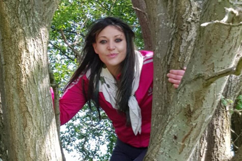 """Kate Cunningham (38) besucht ihren """"Ehemann"""", einen Holunderbaum, bis zu fünfmal die Woche."""