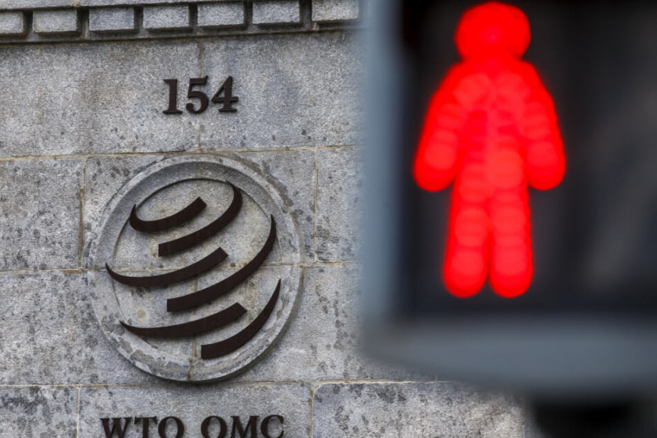 Weil sich ein Mitarbeiter infizierte, fallen die Meetings der WTO (hier eine Säule am Hauptsitz der Organisation) flach.
