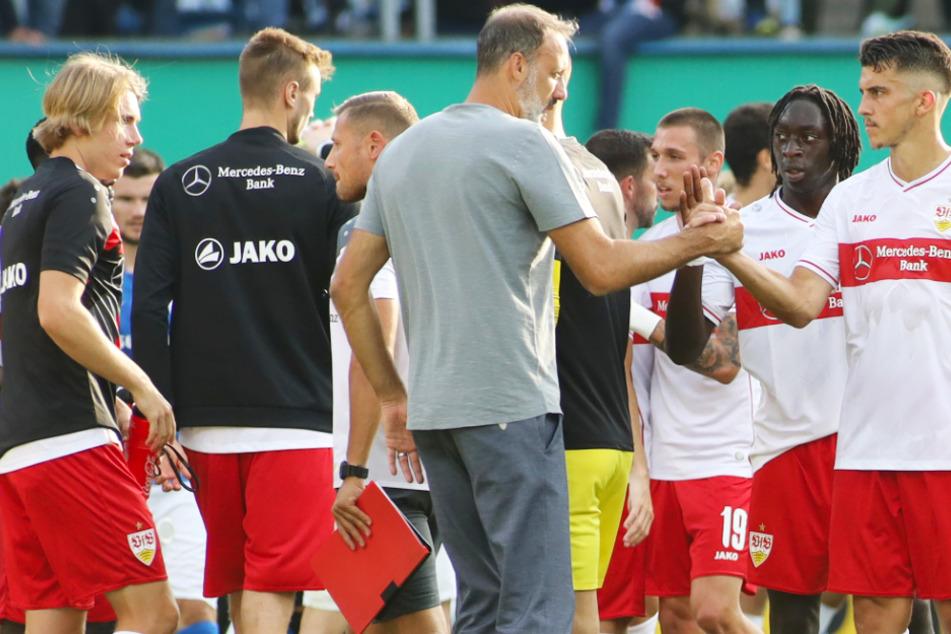 VfB-Trainer Pellegrino Matarazzo (42) klatscht ab mit Marc Oliver Kempf (25). Tanguy Coulibaly (19) ist der nächste.