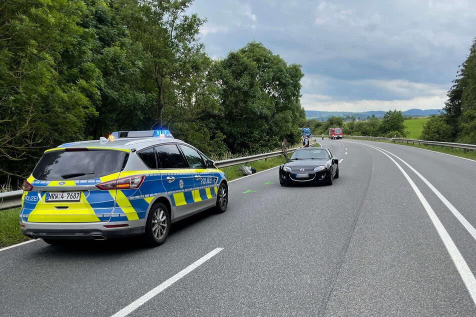 Ein Autofahrer (42) ist am Freitag auf einer Landstraße in Blankenheim (Kreis Euskirchen) in eine Gruppe aus Wanderern gekracht.