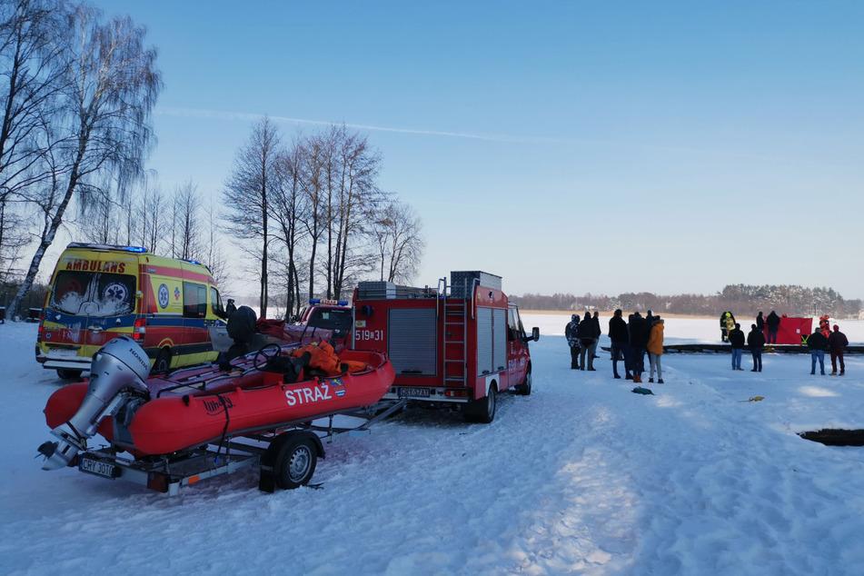Rettungskräfte von Polizei, mehreren Feuerwehren und einer Tauchergruppe waren am Unglücksort im Einsatz.