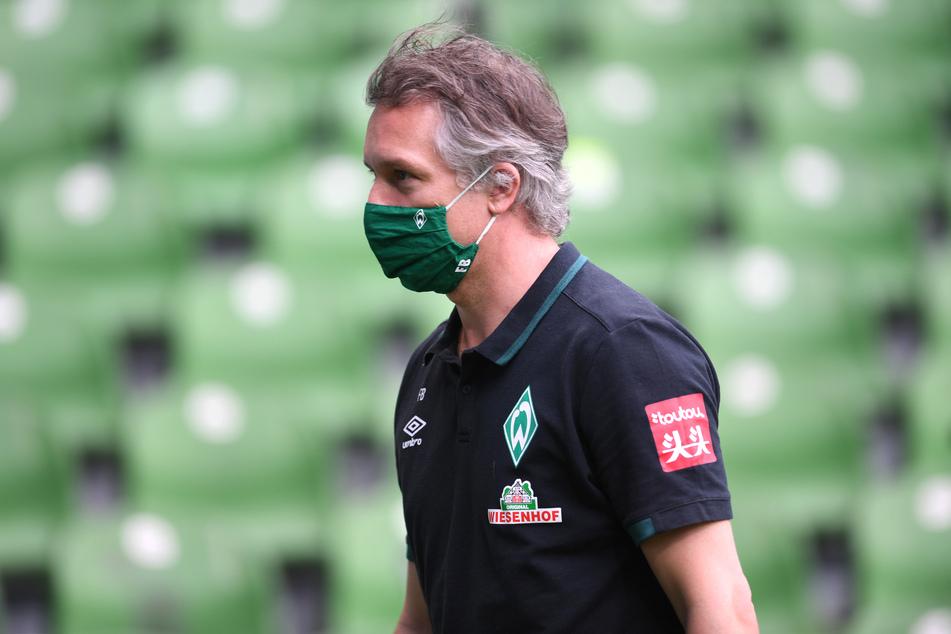 Werder Geschäftsführer Frank Baumann geht vor dem Spiel über den Rasen.