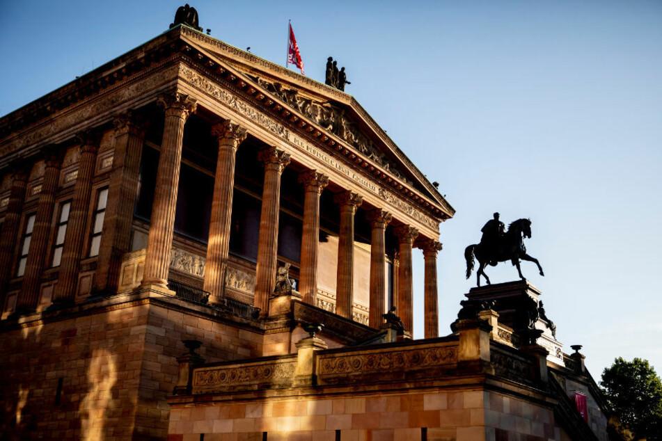 Die Alte Nationalgalerie ist im Licht der aufgehenden Sonne zu sehen. Dutzende Ausstellungsobjekte sind einem Bericht der Zeit und des Deutschlandfunks zufolge auf der Berliner Museumsinsel von Unbekannten beschädigt worden. (Symbolfoto)