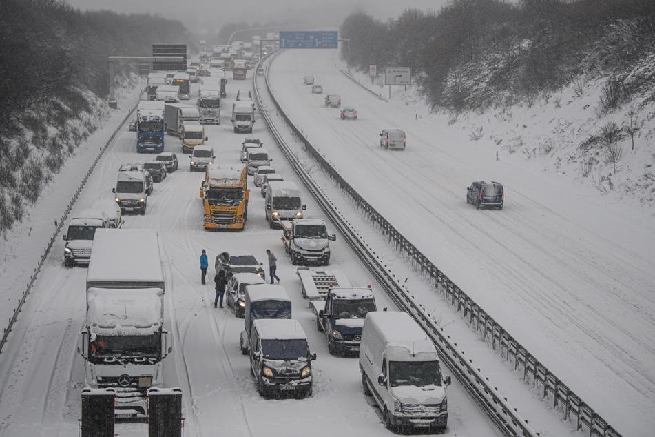 Autos und Lkw stehen auf der Autobahn 4 in Richtung Frankfurt bei Dresden durch Schneefall im Stau.