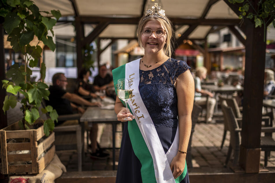 Lisa-Marie Queißer (22), 22. Weinkönigin von Diesbar-Seußlitz, schaute am Freitag zur Weindorf-Eröffnung vorbei.