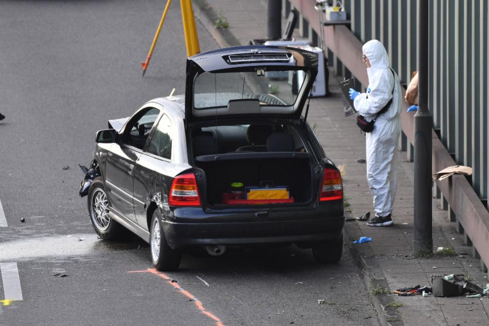 Ein Ermittler untersucht das Auto.