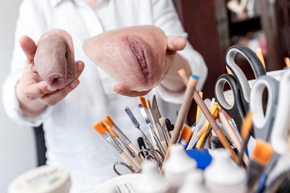 Die 56-Jährige zeigt in ihrer Werkstatt eine Penis- und eine Vagina-Epithese.