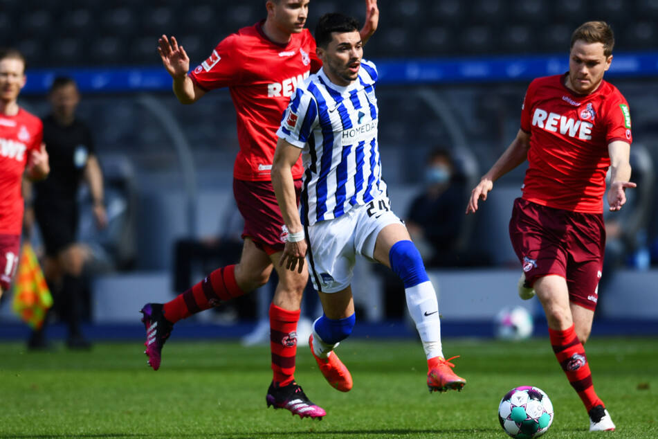 Nemanja Radonjic (25/l.) zündet gegen Kölns Benno Schmitz (26/r.) den Turbo. Hertha denkt über eine Verpflichtung des Serben nach.