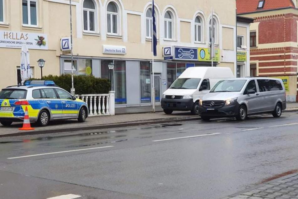 Die Deutsche-Bank-Filiale an der Leipziger Straße in Markranstädt. Die Räuber waren leer ausgegangen. Den Automaten konnten sie nur beschädigen.
