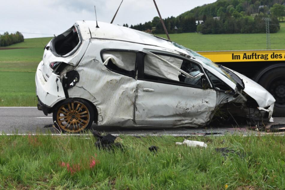 Schwerer Unfall im Erzgebirge: Mitsubishi überschlägt sich