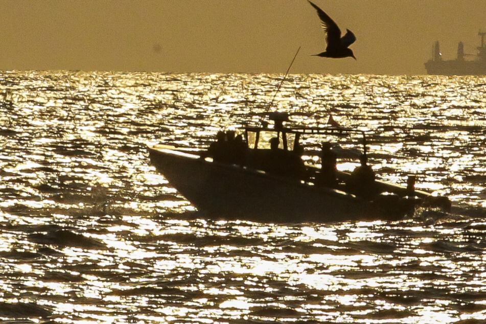 Ein Boot schippert auf dem Meer. Zwischen den Bahamas und Florida ist ein Schiff mit 20 Personen spurlos verschwunden. (Symbolbild)