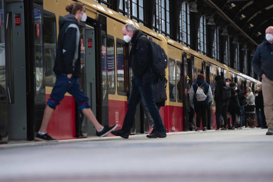 Reisende sind auf einem Bahnsteig im Bahnhof Friedrichstraße zu sehen. In Berlin ist inzwischen 33 Mal die hoch ansteckende indische Variante des Coronavirus nachgewiesen worden. (Symbolfoto)