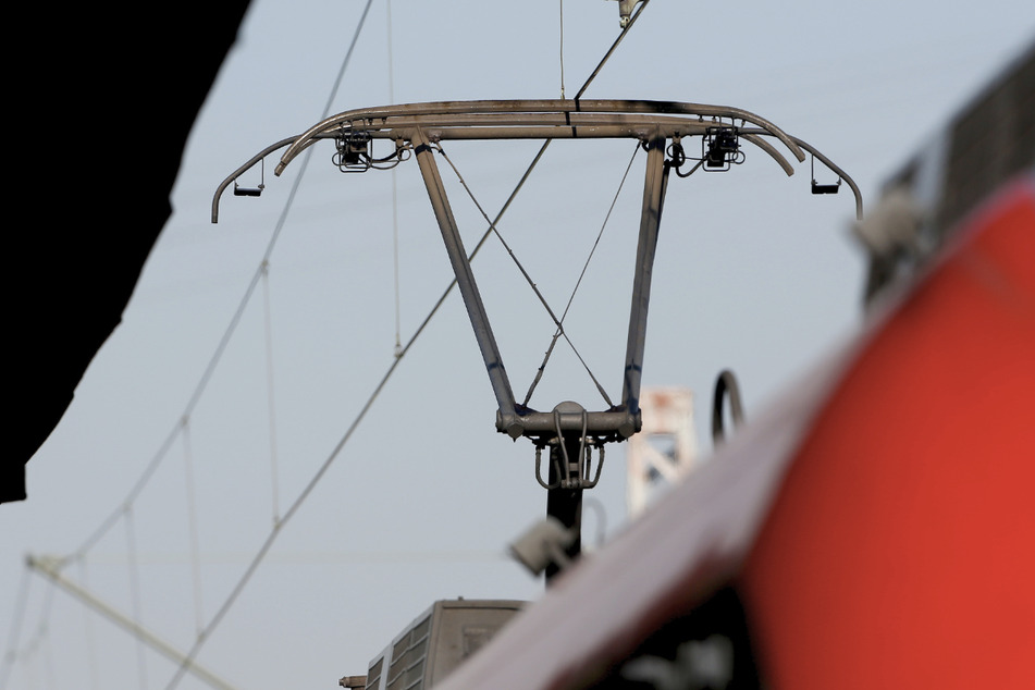 Der 16-Jährige wurde durch einen Stromschlag schwer verletzt, als er der Stromleitung zu nah kam. (Symbolbild)