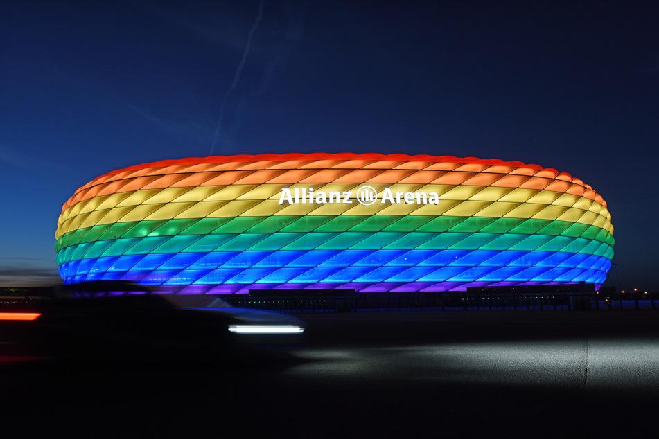 Die Allianz Arena leuchtet anlässlich des Christopher Street Days in Regenbogenfarben.