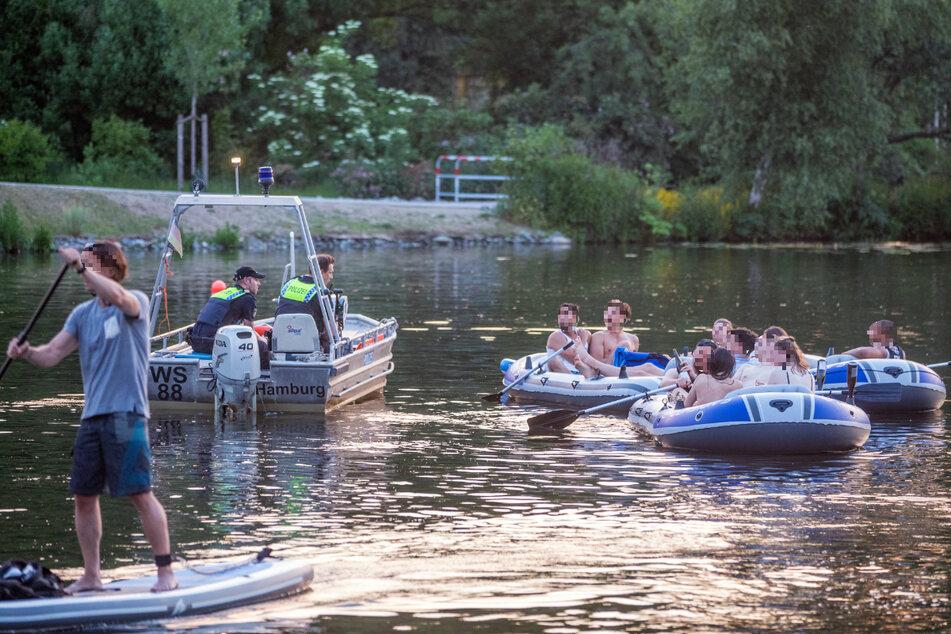 Ein Polizeiboot holt die jungen Leute vom Wasser.