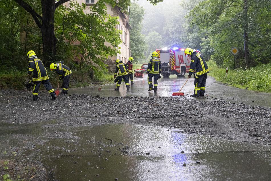 In Annaberg-Buchholz hat eine Schlammlawine die Sehmatalstraße unpassierbar gemacht.