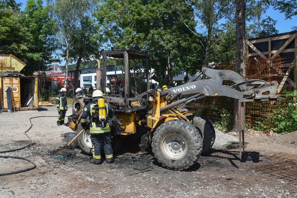 Die Einsatzkräfte der Feuerwehr löschten den Brand. Am Bagger entstand offenbar ein Totalschaden.
