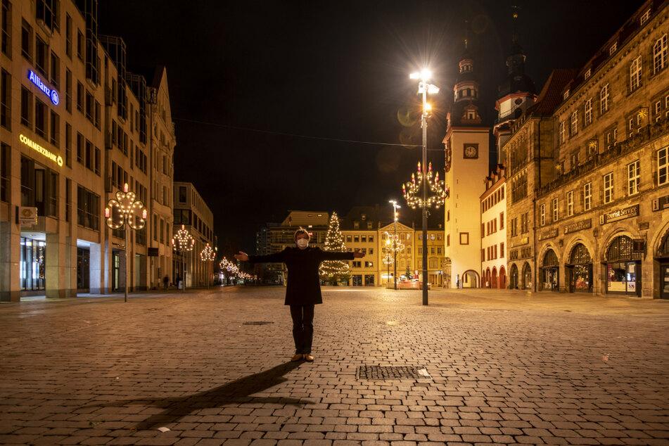 Ganz allein in der Innenstadt: Redakteur Bernd Rippert (60) begrüßte das neue Jahr auf dem menschenleeren Markt.