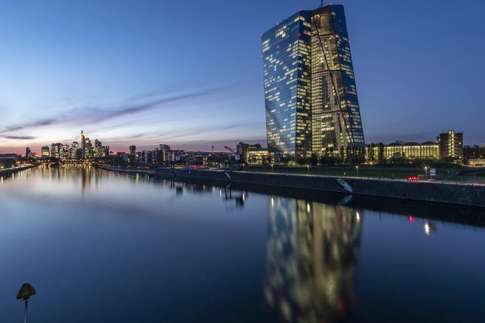Die Lichter in den Büros der Europäischen Zentralbank (EZB) leuchten im letzten Licht des Tages.